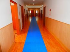 長くて広い廊下が特徴的です。