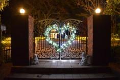 門を撮影しました。ハート型にデザインされたイルミネーションが輝いています。