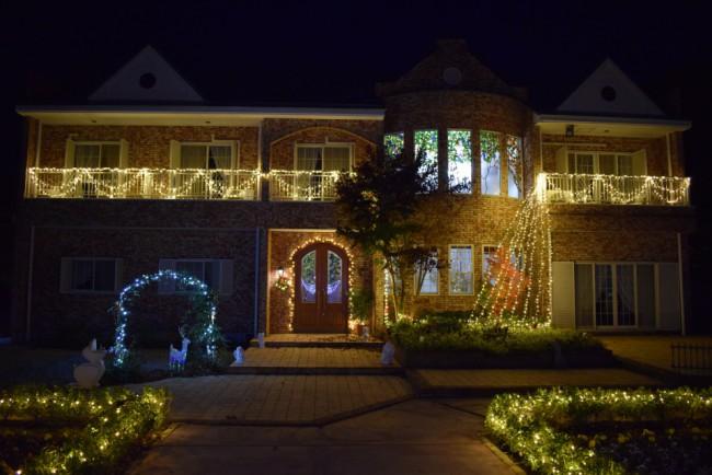 大山ゲストハウスの建物を撮影しました。2階のベランダもイルミネーションで飾り付けられています。