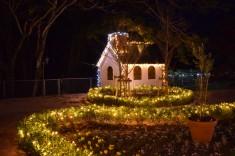 庭園にある小屋も屋根まで飾り付けてありますよ。