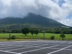 みるくの里の駐車場から見た大山
